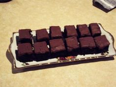 An easy slice that anyone can make. Chocolate Sprinkles, Chocolate Icing, Chocolate Cake Mixes, Chocolate Pudding, Chocolate Recipes, Biscuit Cookies, Biscuit Recipe, Easy Slice