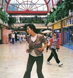 Gillian Wearing, Dancing in Peckham (1994). Colour video with sound © Gillian Wearing, courtesy Maureen Paley, London