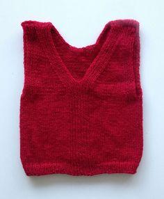 Vest til småfolk. Sød og nem lille vest til familiens yngste. Du kan vælge at strikke den enten ensfarvet eller stribet. Her i 100 % uld på pinde 3½.
