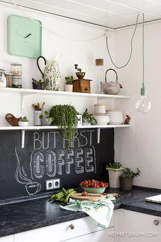 Verliebt in die alte Kaffeemühle auf dem obersten Schwebe-Regal und in die Tafel über der Arbeitsplatte.