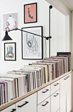 Pitkän miehen on helppo löytää kyljelleen käännetystä rivistä oikea kirja. Seinävalaisin on ranskalaisen Lampe Grasin malli 214.
