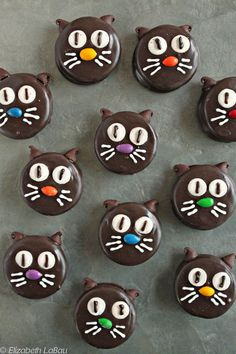 Halloween Cat Cookies Chocolate cookies that make a cute, fun Halloween dessert The candy corn eyes take on a unique look when baked Halloween Desserts, Halloween Cakes, Halloween Treats, Fun Desserts, Dessert Recipes, Chocolate Dipped Cookies, Dipped Oreos, Cat Cookies, Oreo Pops