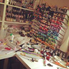 次の仕事の準備をするため、画材で散らかった作業机をお片づけ中。