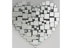 Ce miroir atypique saura séduire tous les amoureux ! Composé de plusieurs petits miroirs, ils forment ensemble ce grand cœur dans lequel vous pourrez vous admirer !
