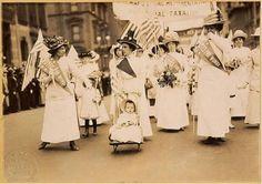 В 1911 году женский день впервые отмечался 19 марта в Австрии, Дании, Германии и Швейцарии. Тогда более миллиона мужчин и женщин приняли участие в манифестациях. Кроме права избирать и занимать руководящие посты, женщины добивались равных производственных прав с мужчинами.