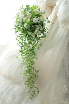 スリムキャスケードブーケ 夏の滝 旧軽井沢ホテル音羽の森様へ : 一会 ウエディングの花