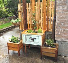 Salvaged Door Repurposed Into Trash Can Screen Salvaged Doors, Old Doors, Diy Garden Projects, Outdoor Projects, Wood Projects, Simple Garden Designs, Outdoor Trash Cans, Outdoor Doors, Outdoor Pallet