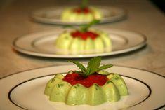 PANNA COTTA AUX PETITS POIS & COULIS DE POIVRONS (Pour 4 P : 20 cl crème, 3 feuilles de gélatine (ou 4 g d'agar-agar), 300 g de petits pois, 1/4 de botte de menthe, 150 g de ricotta, sel) Indian Food Recipes, New Recipes, Vegetarian Recipes, Ethnic Recipes, Panna Cotta, Agar Agar, Food Art, Quiche, Entrees