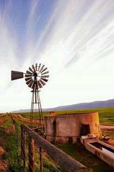 'n windpomp, plaasdam en doringdraad - kannie meer Suid Afrikaans plaas as dit kry nie Cool Pictures, Cool Photos, Beautiful Pictures, Farm Windmill, Windmill Art, Old Windmills, Le Far West, Water Tower, Old Barns