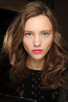Fall Beauty Trends 2013 and the products models and real people use to achieve these gorgeous looks both dramatic and wonderfully understated! Bright Pink Lips, Hot Pink Lips, Red Lips, Beauty Make-up, Beauty Hacks, Hair Beauty, Hair Styles 2014, Long Hair Styles, Artist Makeup
