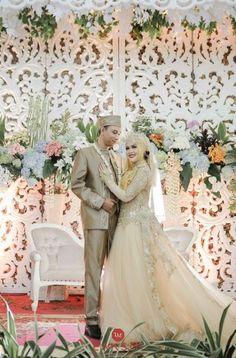 Ideas For Muslim Wedding Photography Bride Groom Hijab Bride, Wedding Hijab, Wedding Poses, Wedding Couples, Wedding Dresses, Wedding Ideas, Indonesian Wedding, Javanese Wedding, Foto Wedding