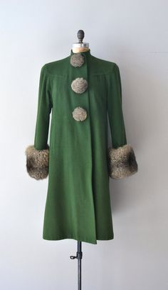 Hinterland coat / vintage coat / green wool It looks so elegant and warm! Vintage Outfits, Retro Outfits, New Outfits, Trendy Outfits, Vintage Dresses, Vintage Clothing, Vintage Fur, Vintage Mode, Vintage Looks