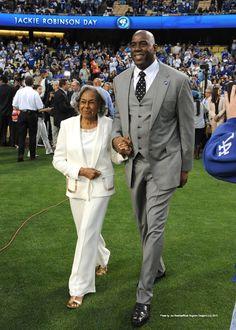 Rachel Robinson radiates grace. #Dodgers Photo Blog: http://atmlb.com/13hnSQ0  pic.twitter.com/W8vXXqEUEz