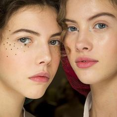 ♢ Our hearts did a little happy dance when we saw that @peterphilipsmakeup had scattered tiny glitter stars on beautiful bare minimal faces for @dior 💫✨ Strategically placed in the inner corners of eyes, centred below lash lines and as a delicate collection of freckles and eye wings✨ Exquisite glitter details. Swoon swoon swoooon. Image @britishvogue #parisfashionweek ♢