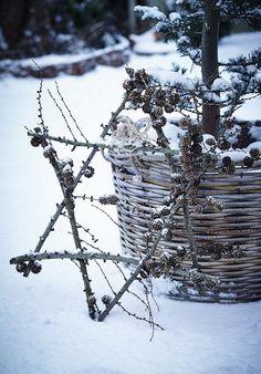 Vi har brugt gran, grene, kogler og andre tørre og rustikke naturmaterialer til årets kranse, som du hurtigt og nemt selv kan lave.