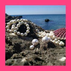 """🌊🐚🦪 """"Όταν ένας κόκκος άμμου ή κάποιο παράσιτο, εισχωρήσει στο κοχύλι ενός στρειδιού, τότε το στρείδι ενοχλείται. Το όστρακο, αδυνατώντας να διώξει τον «εισβολέα», παράγει μια λεία σκληρή κρυστάλλινη ουσία  το μάργαρο (ανθρακικό ασβέστιο) γύρω από αυτό για να προστατεύσει τον εαυτό του. Όσο ο εισβολέας μένει εκεί, το όστρακο συνεχίζει να παράγει στρώματα αυτής της ουσίας, ώσπου μετά από κάποια χρόνια έχει παγιδευτεί μέσα σε ένα λείο και λαμπερό μαργαριτάρι."""" wikipedia"""