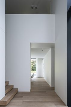 The bottom step_ floors, walls, steps HS Residence / CUBYC architects Interior Architecture, Interior And Exterior, Interior Decorating, Interior Design, Timber Flooring, Minimalist Home, Minimalist Interior, Interior Inspiration, Bungalows