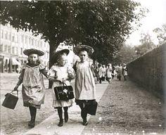 Børn der kommer hjem fra skole