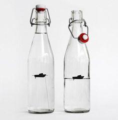 Botella de agua con decoración interior.