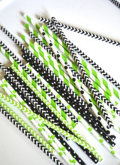 25 Lime Green and Black Paper Straws Wedding Themes, Party Themes, Party Ideas, Verde Greenery, Halloween Bridal Showers, Heather Gardens, Black Party Decorations, Pantone Greenery, Color Of The Year 2017