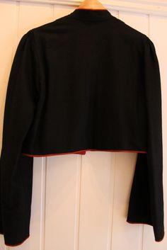 Jeg selger en fantastisk blott trysilbunad i veldig go stand. Bunaden er kun brukt noen få ganger og fremstår som ny. Jakken og underskjørtet er aldri brukt. Til bunaden følger både jakke, skjorte, underskjørt, veske og snor. Tilsvarende bunad med jakke og skjorte, uten veske, underskjørt og snor, koster ifølge husfliden i Trysil 28 000 kr (bunad kr. 15 500, skjorte kr. 6000 og jakke kr. 6500)....