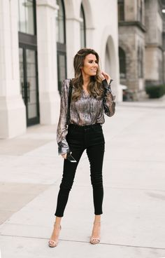 Planning a night-out look when it's cold can be a real headache. Not sure what to wear for girls night out? Hello Fashion Blog, Daily Fashion, Love Fashion, Girl Fashion, Future Fashion, Fashion Fall, Fashion Bloggers, London Fashion, Night Out Outfit