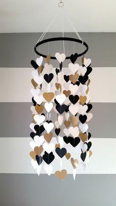 Mobile en papier en forme de coeur. Noir or doré blanc.