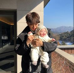 Depois de se assumirem publicamente Jimin e Jungkook se tornaram o ca… # Fanfic # amreading # books # wattpad Cute Asian Babies, Korean Babies, Asian Kids, Cute Babies, Couple Ulzzang, Ulzzang Kids, Korean Ulzzang, Father And Baby, Dad Baby