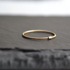 Éloge de la simplicité...j'aime l'élégance simple de cet anneau d'or. Il est orné d'un tube qui se déplace librement autour de votre bague, toute en délicatesse. Cet anneau peut être porté comme alliance, ou avec vos bagues préférées. Il est parfait pour maintenir un anneau légèrement