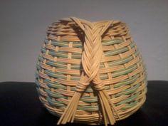 Žlutozelený košík s ozdobnými úchytky
