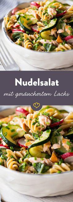 Nicht nur die Knolle, sondern auch das Grün der Radieschen verleiht diesem schnellen, frischen Nudelsalat mit warmgeräuchertem Lachs eine fein würzige Note.