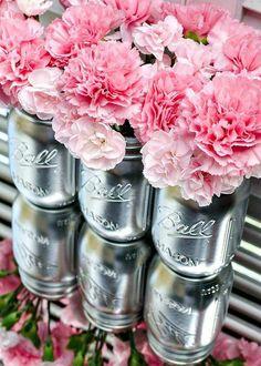 table avec des fleurs en vases argentés