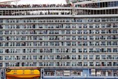 Las decenas de personas que se asoman en esta fotografía no están en un edificio de apartamentos, sino en un nuevo crucero cuyas dimensiones abruman: 361 metros de eslora, 72 metros de altura, 60.000 toneladas de acero, capacidad para 6.780 pasajeros y 2.100 tripulantes. Es el Harmony of the Seas (armonía de los mares), el tercer barco de la familia Oasis de Royal Caribbean. El más grande del mundo. Esta mole de metal, construida en los astilleros STX de Saint-Nazaire (Francia), zarpó el 15…