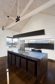 Invercargill-based designer Lloyd Richardson created the island and integrated seats in this kitchen. Photo by Jamie Cobel.