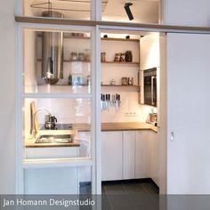 Auf den nur 3,75m² einer, durch eine Schiebetür und Glaswand abgetrennten Nische in dem Esszimmer eines Hamburger Altbaus entstand diese Miniküche. Die…