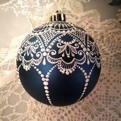 Christmas Mandala, Christmas Mood, Noel Christmas, Christmas Baubles, Simple Christmas, Lace Painting, Dot Art Painting, Painted Christmas Ornaments, Glitter Ornaments
