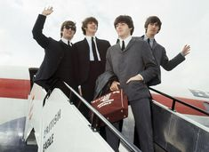 The Beatles leave London airport in From left: John Lennon, Ringo Starr, Paul McCartney and George Harrison. Enthusiastic fans welcomed the Beatles in airports and concert halls around the world in as Beatlemania swept the globe. Paul Mccartney, John Lennon, Ringo Starr, George Harrison, Richard Starkey, Les Beatles, Beatles Meme, Beatles Band, Beatles Photos