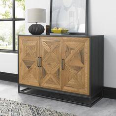 Buffet de rangement en bois et métal. Ce meuble présente 3 portes, avec un tiroir derrière chaque pour un rangement optimisé. Le contour du buffet est en bois noir, et la façade en marqueterie couleur bois naturel. Les motifs rendent ce meuble original, il s'intégrera dans une salle à manger à a la décoration moderne. Dimensions du buffet AUSTIN : largeur 117 cm - hauteur 87 cm. Buffet parfait pour un style contemporain. Complétez la collection : livraison offerte chez Pier Import ! Narrow Sideboard, Sideboard Cabinet, Side Board, Dining Room Furniture, Home Furniture, Unique Furniture, Bentley Design, Cantilever Chair, Style Noir