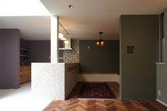オリーブとパープルの壁は住人がDIY塗装。ゴールドが混ざったタイルやヘリンボーン床と相まって、フレンチシックな空間に。