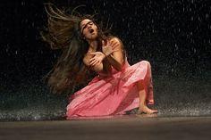 je ziet dat het gaat over een verhaal met een drama. En de danseres probeert haar passie te laten zien.