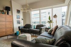 Do apartamentu z dużymi oknami sięgającymi podłogi łatwo jest wprowadzić styl loftowy. Wystarczy dobór mebli i detali w odpowiedniej stylistyce, a efekt zaskoczy nawet najbardziej wymagające osoby. Sięgnij po designerskie lampy #Markslojd, wygodne, skórzane sofy Volta #GalaCollezione o nowoczesnym kształcie i prostą komodę oraz stolik kawowy. Perfumowane świece #JodyLoPoland podkreślą klimat wnętrza pięknym zapachem. Stylizacja wnętrza @alinabadora, foto #PiotrCzajaFoto Eames, Lounge, Chair, Furniture, Home Decor, Airport Lounge, Drawing Rooms, Decoration Home, Room Decor
