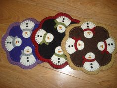 Small snowman candle mat penny rug display piece hand made red green black Wool Felt, Wool Rug, Felted Wool, Pincushion Tutorial, D Craft, Penny Rugs, Felt Applique, Pin Cushions, 3 D