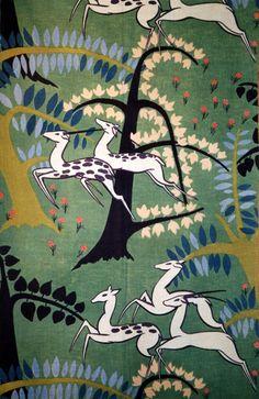 Paul Poiret (French, 1879-1944): Antelopes, c. 1930. Cotton, plain weave; block printed. Cotton où des antilopes blanches et des arbres abstraits sont représentés sur un fond vers avec de petites fleurs de couleur rosée. Ces antilopes semblent être en plein saut. J'aime cette oeuvre principalement à cause de la juxtaposition des éléments et de la forme allongée de l'animal.