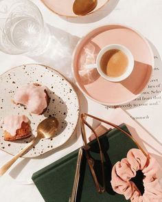 Pink food, pink plates, pink everything. Flat Lay Photography, Still Life Photography, Food Photography, Fred Instagram, Tout Rose, Pink Plates, Pink Foods, Flatlay Styling, Pink Aesthetic