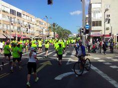 35. kilométer - az összes táv futóit egybeterelték. 40 ezer embert