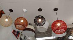 Você vai conferir vários modelos e ideias de artesanato com barbante e balão, para modificar de uma maneira muito charmosa os seus ambientes, sejam estes ambientes em sua casa ou em sua festa. Aprender como fazer luminária de linha pode ser muito útil também para quem está buscando uma fonte de renda extra, pois mesmo … 5 Min Crafts, Diy Home Crafts, Diwali Decorations At Home, Diy Pendant Light, Diy Light Fixtures, Bed Lights, Diy Chandelier, Yarn Ball, Diy Wall Decor