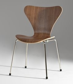 "Cadeira Serie 7. Designer: Arne Jacobsen - 1955 - H 31"" W 20.5"" D 20"" Seat H 18.3"" ou H 79cm L 52cm P 50cm Assento 46.5cm Valor de mercado $843.00USD Mais informações: http://www.dwr.com/product/series-7-chair-in-colored-ash-anniversary-edition.do?sortby=ourPicks"