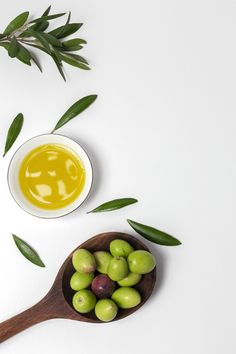 Fresh Spanish Extra Virgin Olive Oil With Olives Italian Olives, Spanish Olives, Pickled Olives, Olive Bread, Olive Recipes, Greek Recipes, Spanish Olive Oil, Medicine Logo, Heart Shaped Bowls