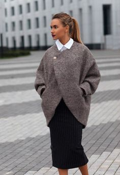 Grey sweater with brooch Look Fashion, Winter Fashion, Womens Fashion, Fashion Design, Fashion Trends, Winter Stil, Winter Coat, Look Blazer, Coat Patterns
