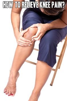 Knee pain can be treated at home with natural home remedies and several exercises. Here are 10 home remedies and 5 exercises to relieve knee pain. Rheumatoid Arthritis Treatment, Arthritis Remedies, Health Remedies, Health And Beauty Tips, Health And Wellness, Health Tips, Health Fitness, Health Care, Knee Exercises